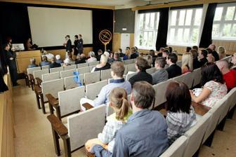 Přesně jako ve třídě, nejvíc lidí si sedá do posledních lavic :o)