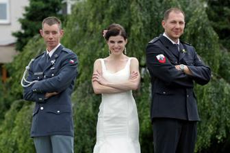 V nejlepších rukou - s vojákem a policistou