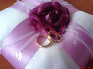 od maminky ušitý polštářek s prstýnkama :o)