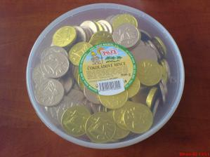 čokoládové penízky na stolech nesmí chybět