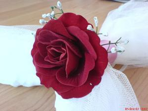 detail růže na výzdobě auta pro nevěstu