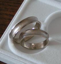 naše obrúčky- presne podľa našich predstáv- biele zlato, jednoduché a predsa trochu odlišné od väčšiny prstienkov