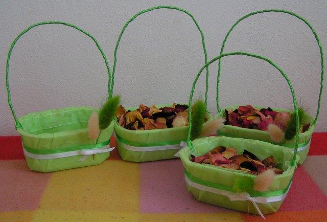 Žabkovo zelená...29.09.2007 - košíčky pre družičky- zatiaľ 4, ale musí ich byť 6 aby sa nepobili...