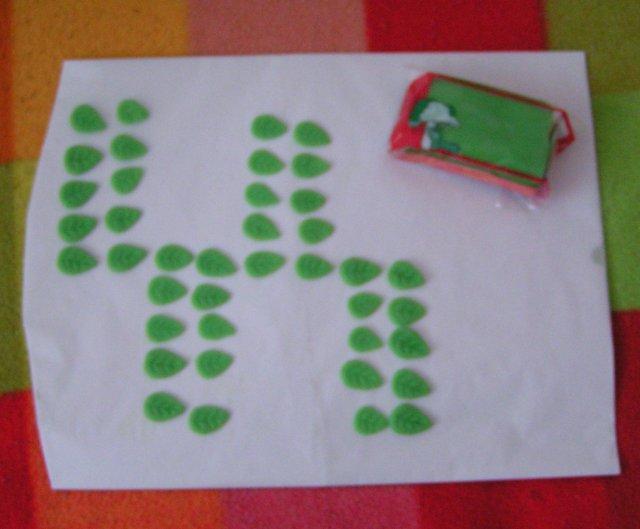Žabkovo zelená...29.09.2007 - nová zábavka- robím marcipánové lístočky na tortu