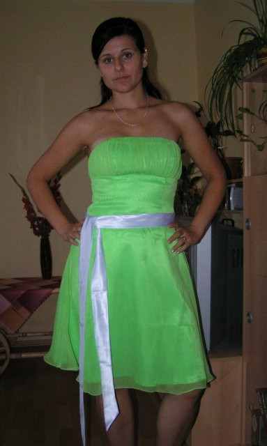 Žabkovo zelená...29.09.2007 - a bez ramienok... došijem :) a je k ním aj štóla