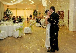 zlatý dážď počas prvého manželského tanca- prekvapko od pána Bagoňu z www.balonparty.sk