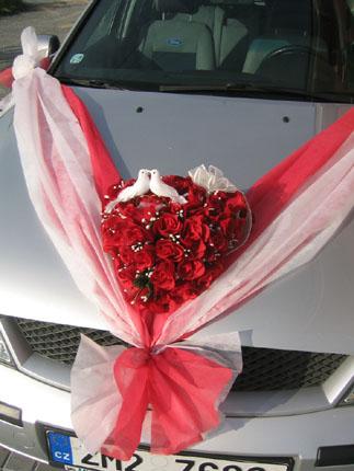Vyzdoby svadobných  áut - červena výzdoba auta