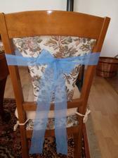jsou hotové mašle na potahy na židle