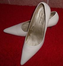 12.8.2009 - dnes koupené botičky, padly do oka a jsou moje - moooc pohodlné