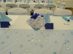 detail stolu s kytičkou