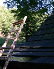 Natieranie drevených šindlov na streche