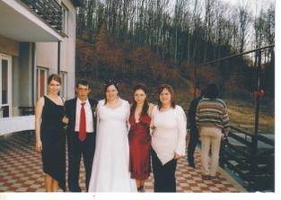 so ségrou Jankou(v bordových šatách); so svedkyňou Jarkou (v čiernych šatách); s kamoškou Maťou (v bielej blúzke) a s mojím manželom