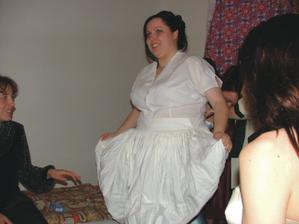 obliekanie do kroja bolo veľmi zábavné a toľko sukien som na sebe ešte nemal a o spodničkách ani nehovorím, ale bol to zážitok :)))