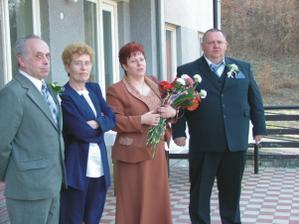 moji rodičia ( maminka je v hnedom a ocko s modou kravatou) a manželovi rodičia