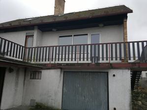 Domeček, dole garáž, okénko do kotelny a nahoře dveře a okna do obýváku a nalevo vstup do podkroví
