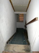 schody z dolní chodby do obytného patra