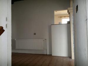 Chodba (hala), podávací okénko do kuchyně, vpravo vstup do obýváku