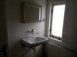 horní koupelna, okno nefunguje