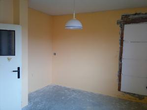 Budoucí ložnice vedle vstupních dveří za sloupkem by měla být šatna