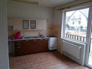 kuchyně, dveře vpravo vedou na balkon do zahrady
