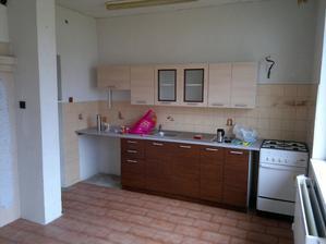 kuchyňská linka, za sloupem je podávácí okénko z chodby