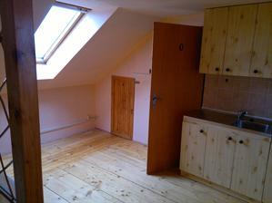Podkroví, kuchyňský kout, vstup do koupelny, komora