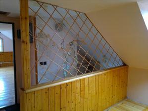 Podkroví, oddělení prostoru vstupu (schodů) a kuchyně