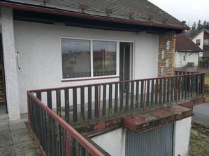 Z obývacího pokoje výstup na terasu, úplně vlevo na okraji fotky vstup do podkroví