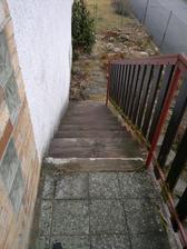 Schody z terasy obýváku - na skalku
