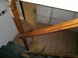 Schody do obytného patra z dolní chodby