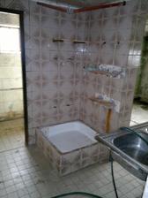 """dolní """"koupelna"""" (raděj do uvozovek, protože tomuhle se snad koupelna ani říkat nedá)"""