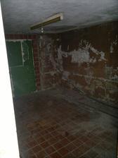 """dolní místnost, nejspíš budoucí pokoj pro hosty, místo zeleného """"zazdění"""" bude okno"""