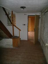 Fotka z druhé strany chodby, tyto dveře budou budoucí hlavní vstup do domu