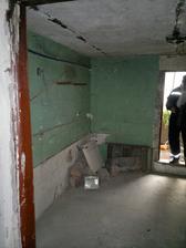 Sklad, průchozí z kotelny, vpředu dveře do skleníku