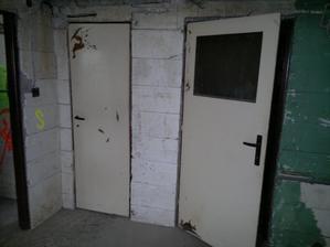 Z průchozího skladu vstup do garáže (vlevo) a kotelny (vpravo)