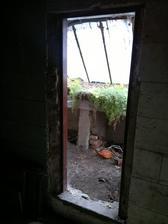 Vstup do skleníku, dveře nemají kliku, copak tam asi pěstovali :-D