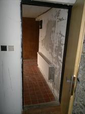 průchod z přístavby do domu, v tomto místě budoucí vstupní dveře do domu