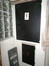 Původní elektrika, vnitřek jsem raděj s ohledem na zdraví zdejších elektrikářů nefotila...