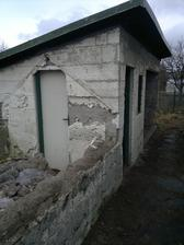 Bývalý skleník a bývalý kotec pro psy/králíkárna/skladiště bordelu/nebo co to bylo