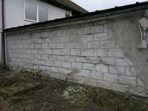 Zadní stěna přístavby, hrozný stav :-((( Vlevo nad přístavbou okna do budoucí ložnice