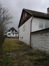 Zadní stěna domu a průchod do zahrady (nahoru)