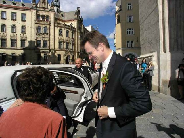 Jana Beránková{{_AND_}}Václav Šicha - šťastný ženich čeká výstup nevěsty z limuzíny