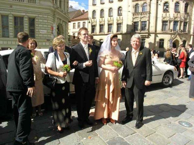 Jana Beránková{{_AND_}}Václav Šicha - čekáme s rodiči před kostelem
