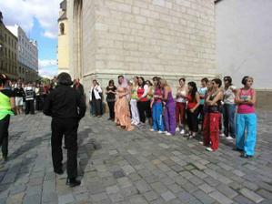 s holkama ze zumby pozorujeme naše kamarády ze Starletu, co chodíme tancovat