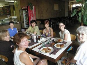 pečící team u oběda:-)