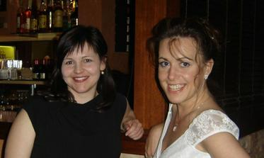 Nevěsta se svědkyní večer u baru :-).