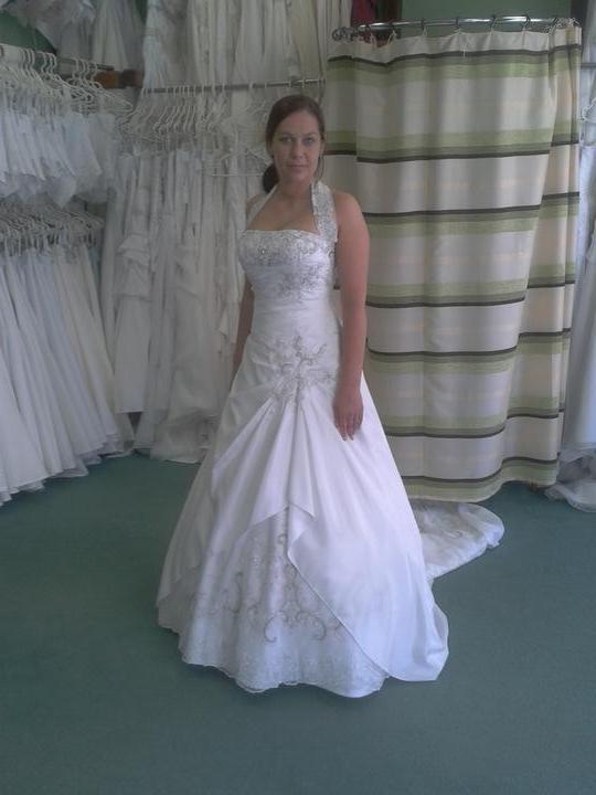 Co máme a co se mi líbí, hnědo-bílá svatba... - poslední zkouška... na šaty přidaný pásek z krajky k zakrytí mírných nedostatků :)