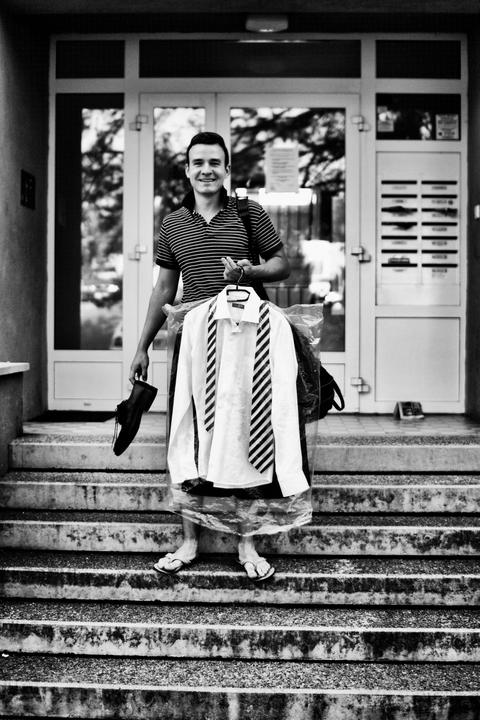 Jiřka{{_AND_}}Jenda - ženich vychází z domu a jde se připravovat k rodičům...