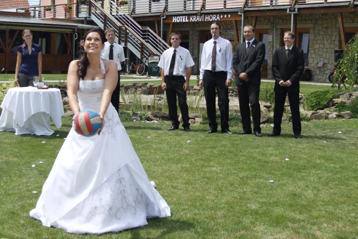 Jiřka{{_AND_}}Jenda - zatím jsem první provdaná v týmu, takže ostatním jsem to naházela (balón místo kytky), aby mě dohnali...