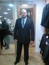ROSSELLINI. A uz aj oblek kupeny, no samozrejme este chyba kosielka, kravata a vesta......